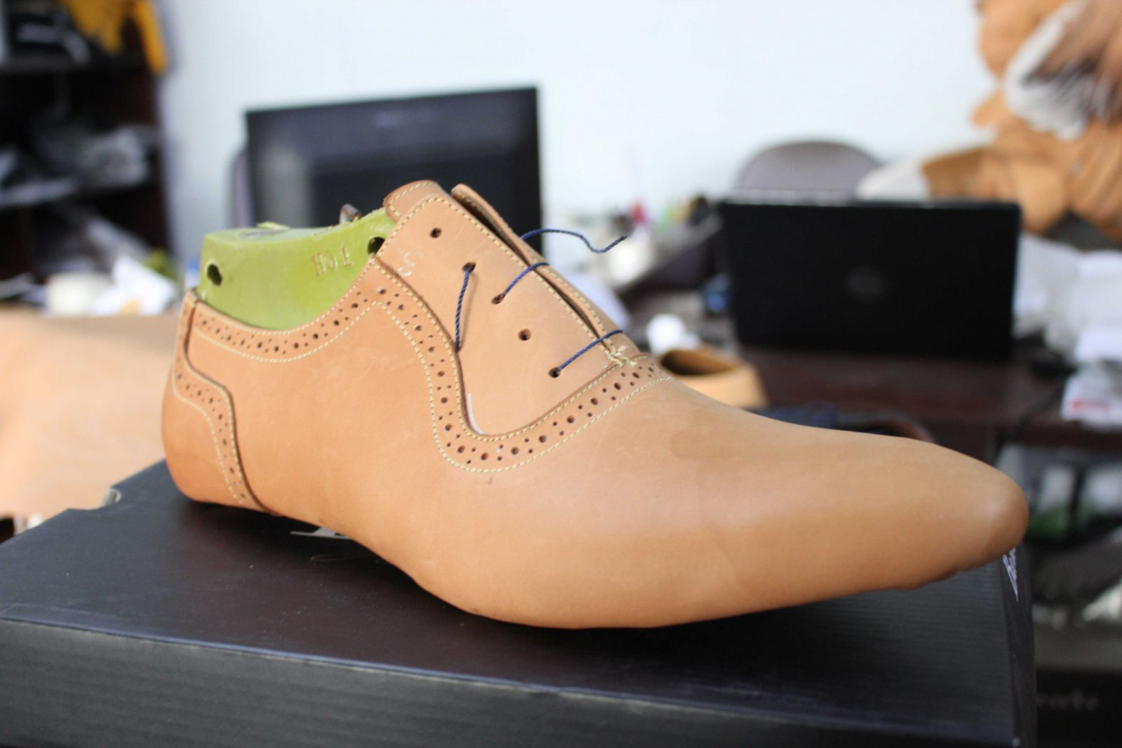 Dập khuôn giày da bò